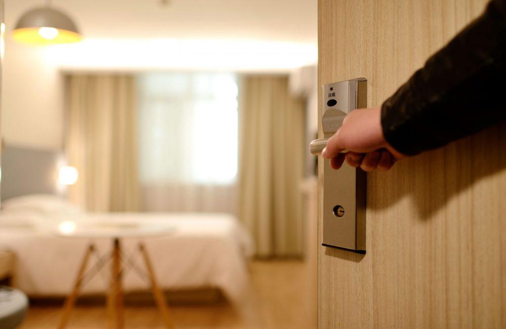 bedroom-door-entrance-271639.jpg